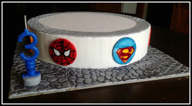 base torta con icone supereroi