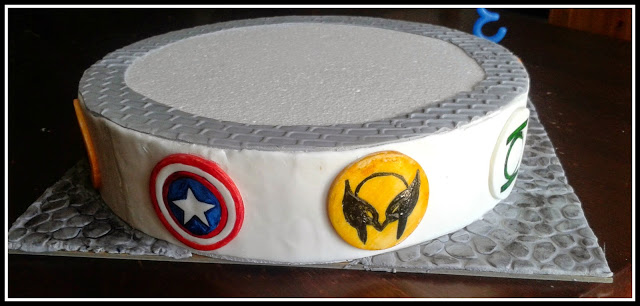 base torta con icone supereroi batman, superman, thor, capitan america, flash