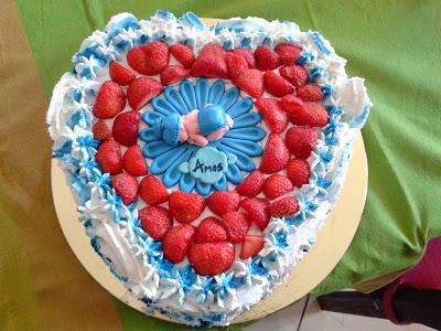 torta decorata con panna con topper neonato in pasta di zucchero