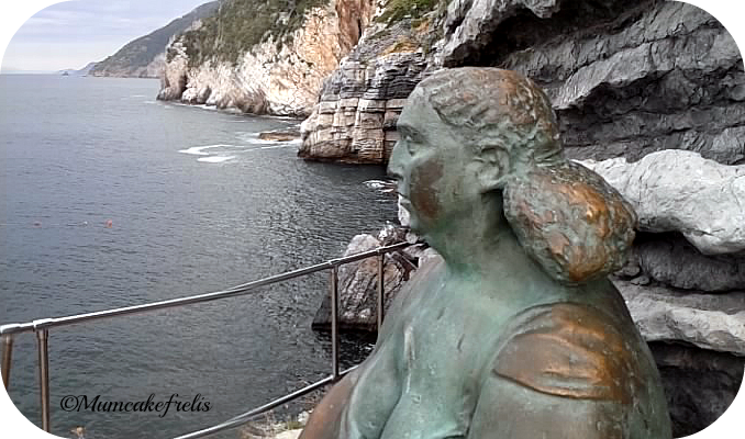 Statua mater sopra grotta byron