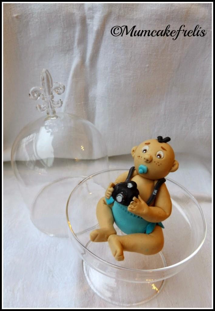 neonato con pannolino in pasta di zucchero con macchina fotografica