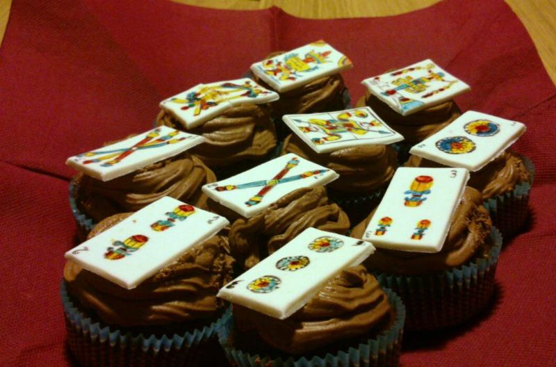 cupcake al cioccolato con ganache al cioccolato con topper in pasta di zucchero