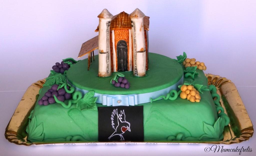 pan di Spagna per una torta decorata con grappoli d'uva e foglie di vite