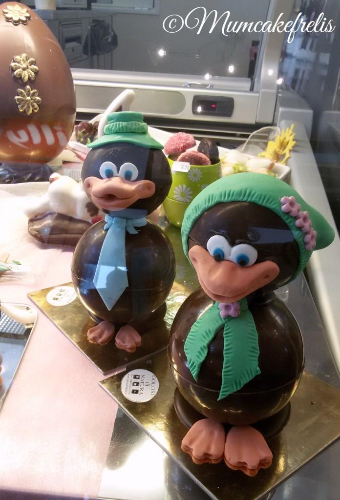 Paperi pasquali di cioccolato con cravattino e cappello o foulard decorati a mano in pasta di zucchero