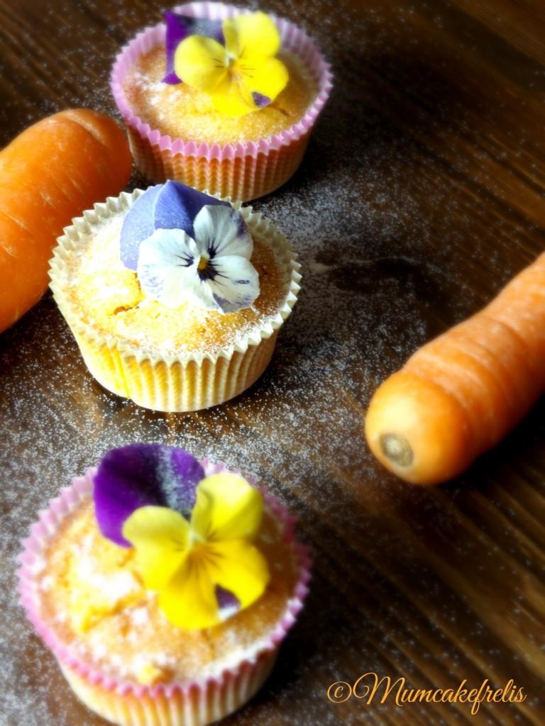 Carrot Cupcakes Carota con farina di riso e fiori edibili viola del pensiero