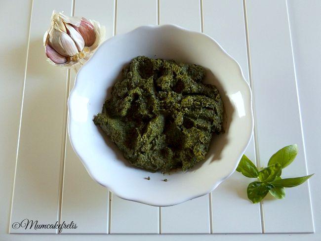 Pesto alla genovese: i segreti per un'ottima riuscita, come fare il pesto alla genovese nel mortaio di marmo con il pestello di legno