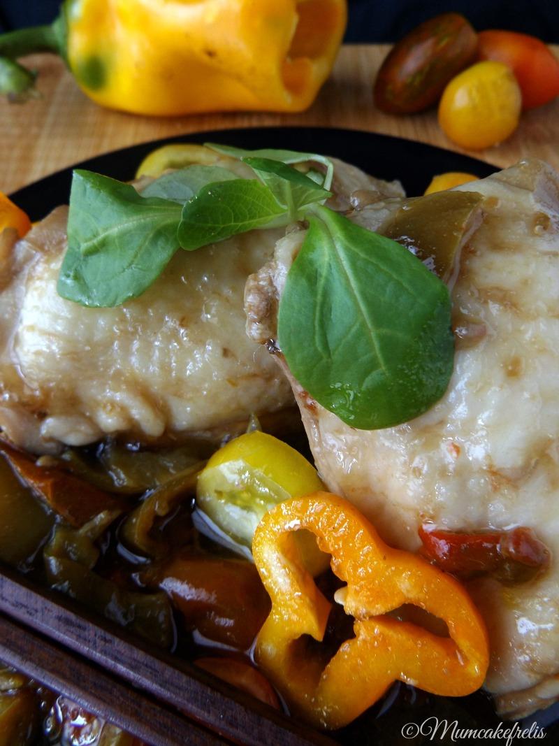 stufato di pollo con salsa di soia pomodori e peperoni