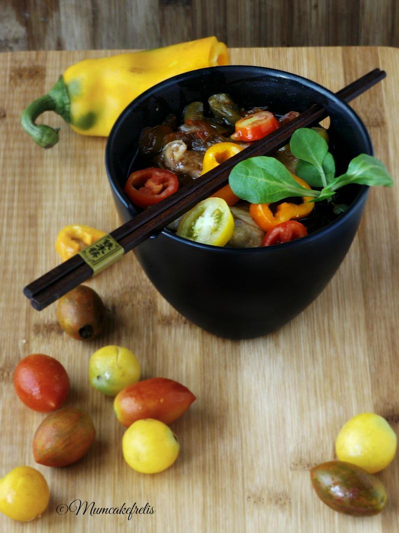 pollo con salsa di soia, pomodori e peperoni