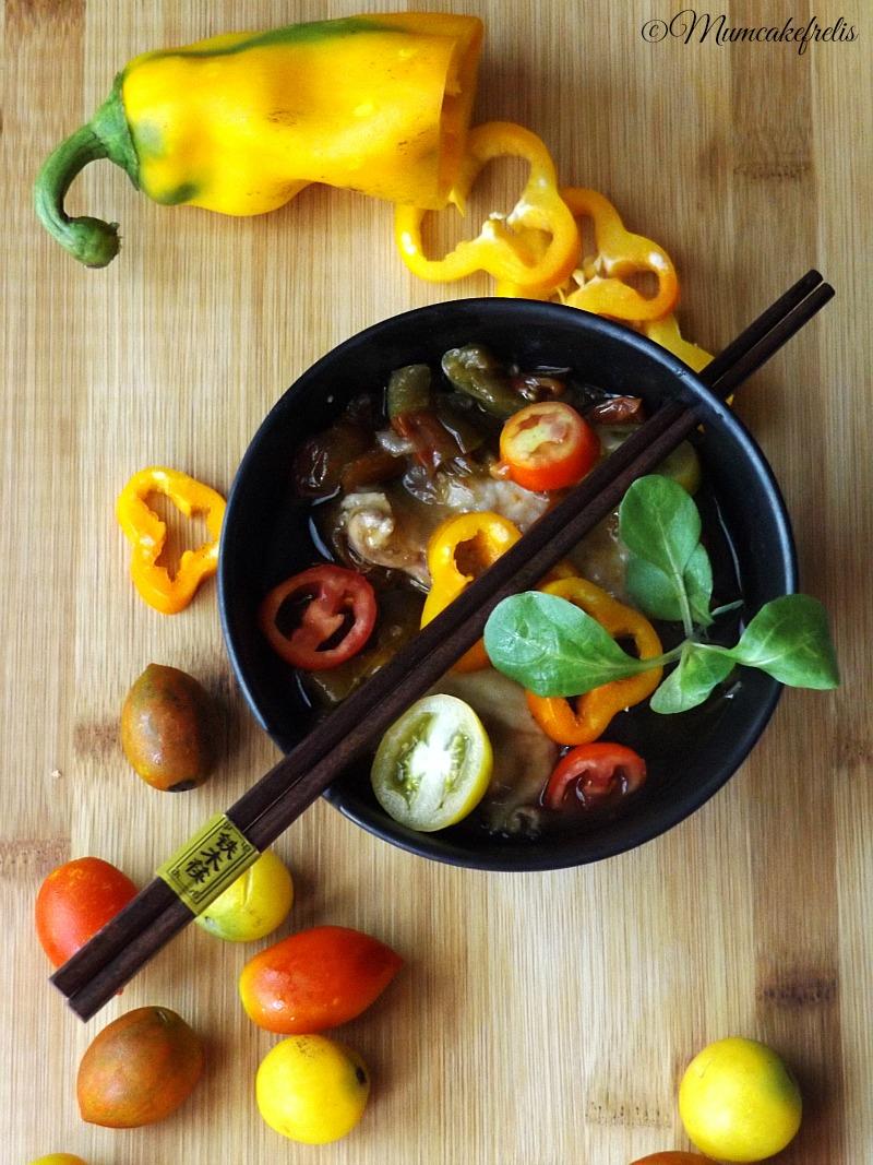 stufato di pollo con peperoni, pomodori e salsa di soia