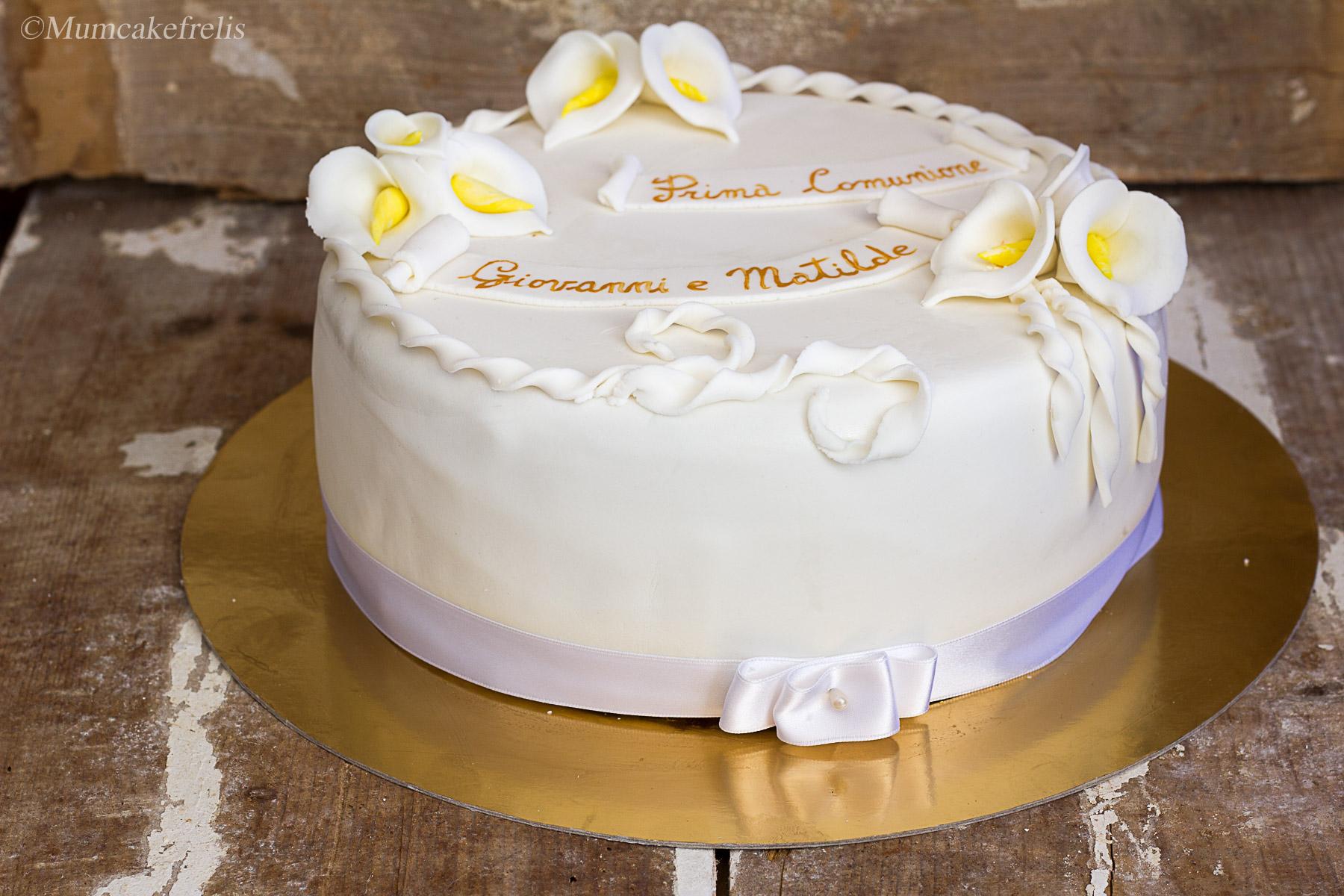 Torta comunione con calle in pasta di zucchero mum cake for Decorazione torte prima comunione
