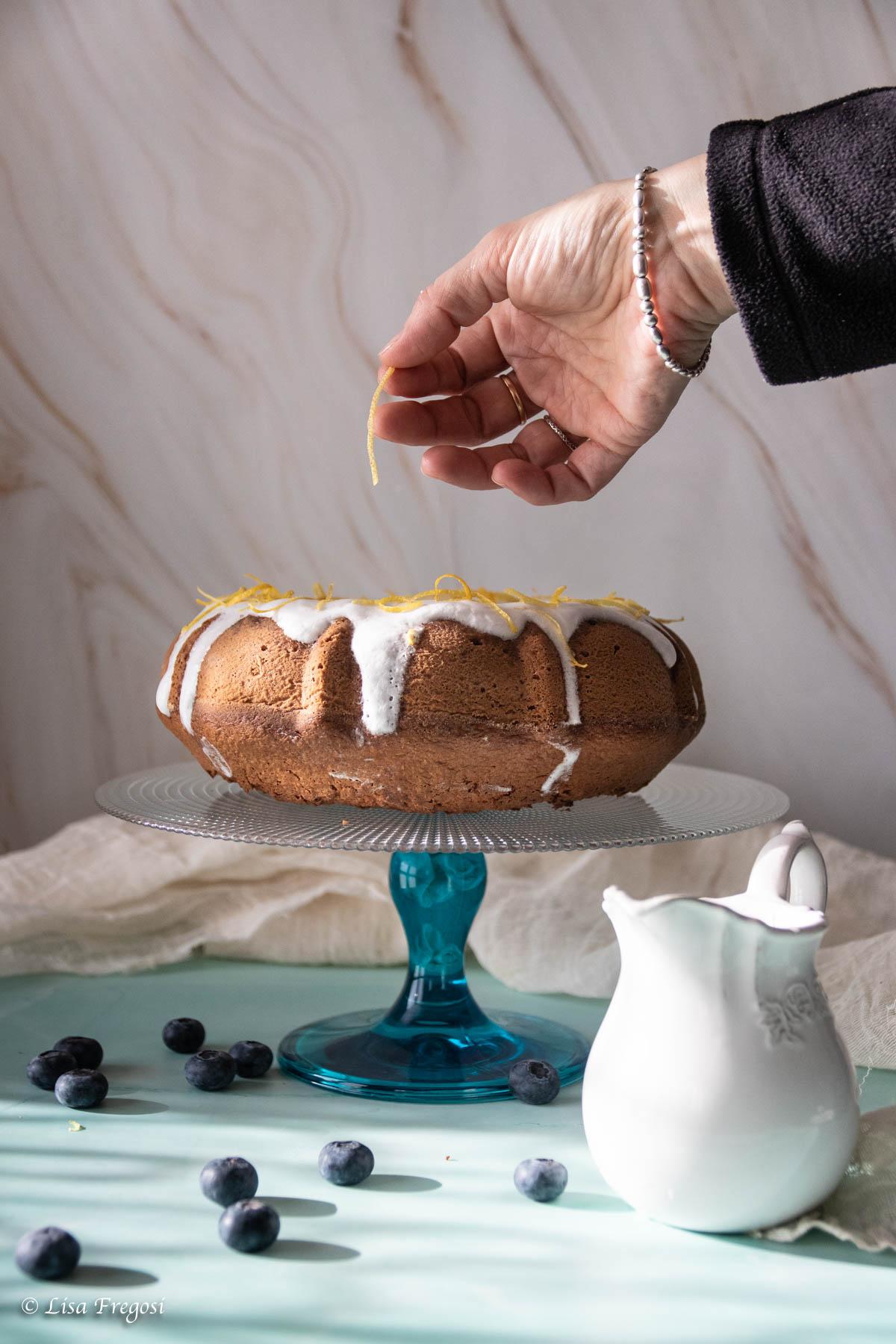 Torta cocco e mirtilli con glassa al limone