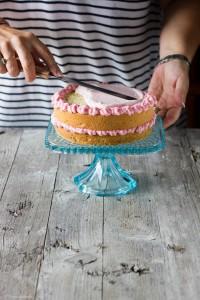 farcitura della torta con fragole