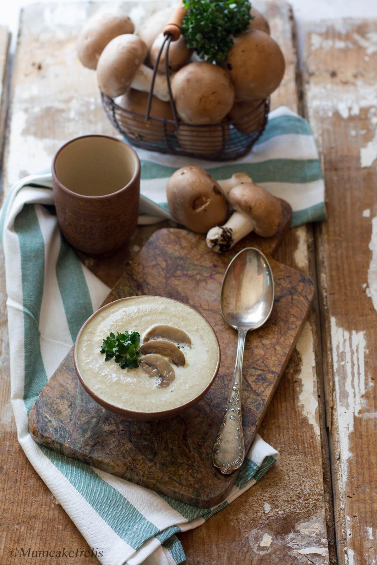 vellutata di funghi champignon