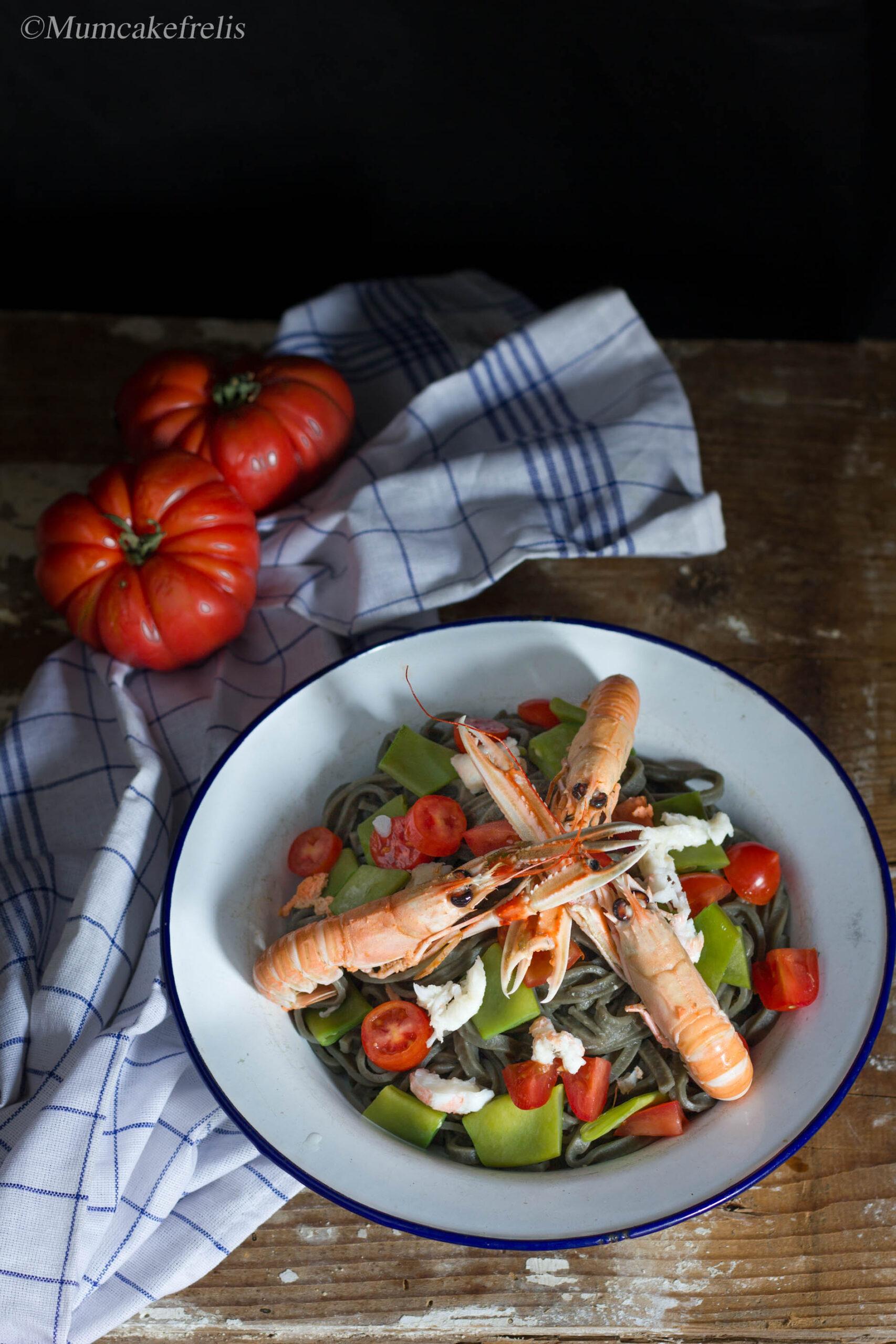 pasta al di nero seppia con scampi, taccole e pomodori