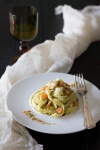tagliatelle al pesto di pistacchi, gamberetti e gallinella