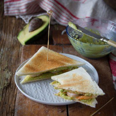 toast con avocado e mazzancolle