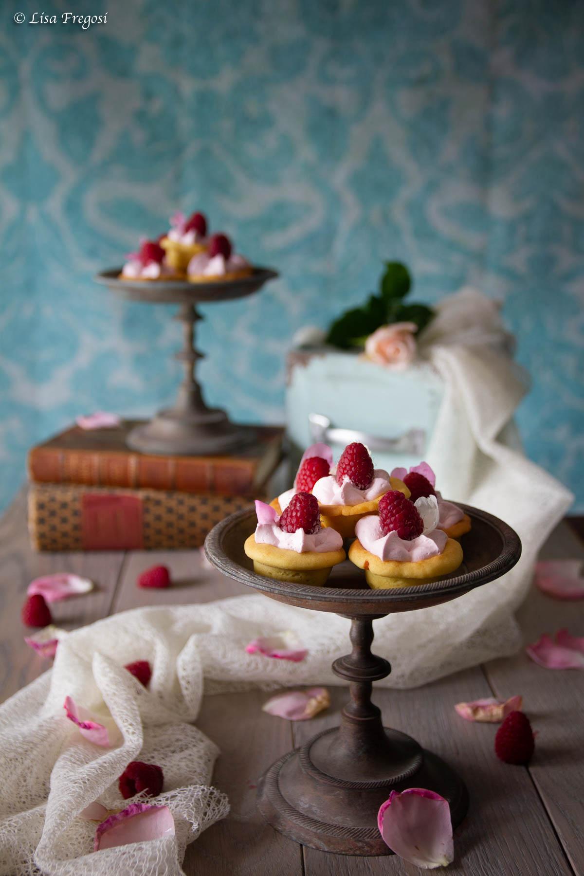 cartellette con formaggio, rose e lamponi