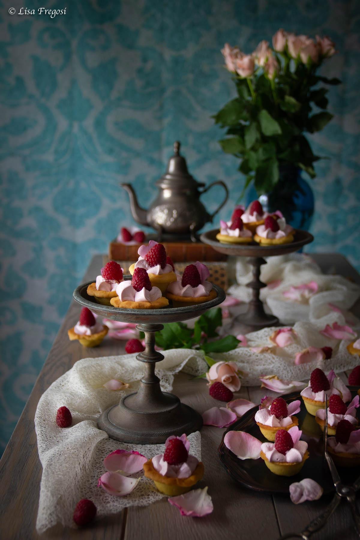 mini cheesecake con lamponi e sciroppo di rose