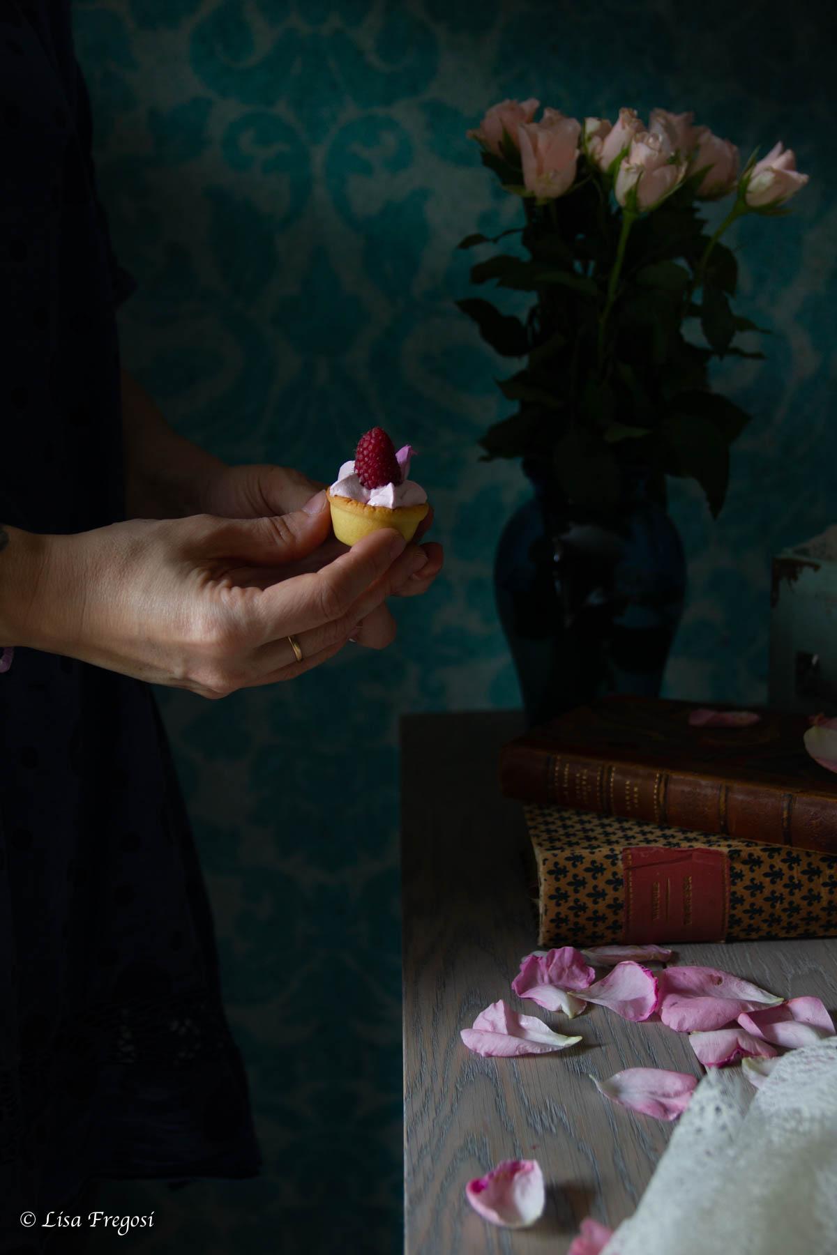 mini tortine con sciroppo di rose e lamponi
