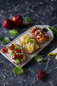 open sandwich tre varianti con formaggio e frutta