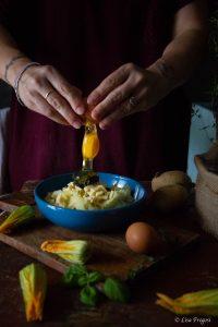 fiori di zucca ripiene con patate e pesto