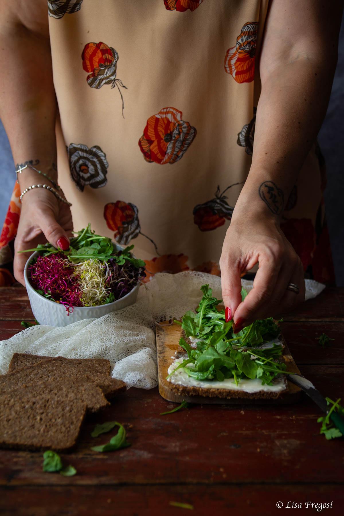 open sandwich con rucola e pesce