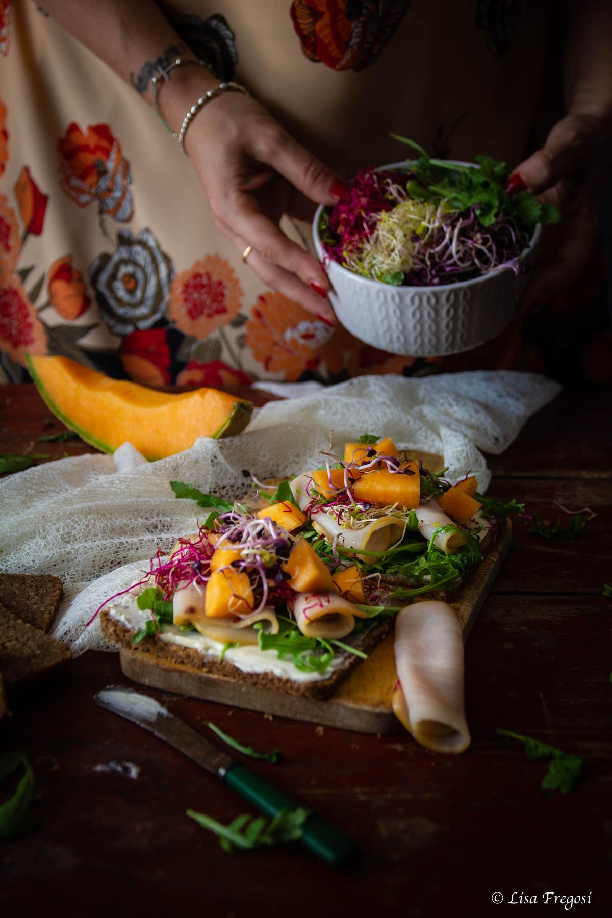 Open sandwich con melone e spada affumicato