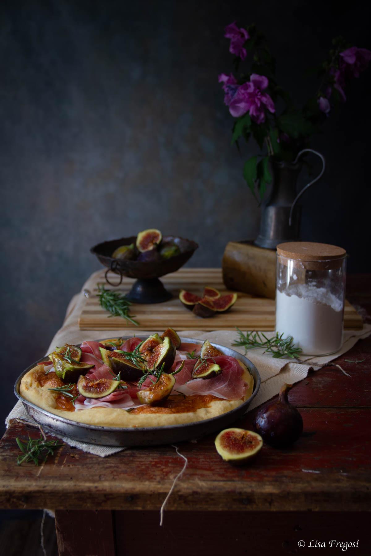 pizza bianca al prosciutto crudo e fichi