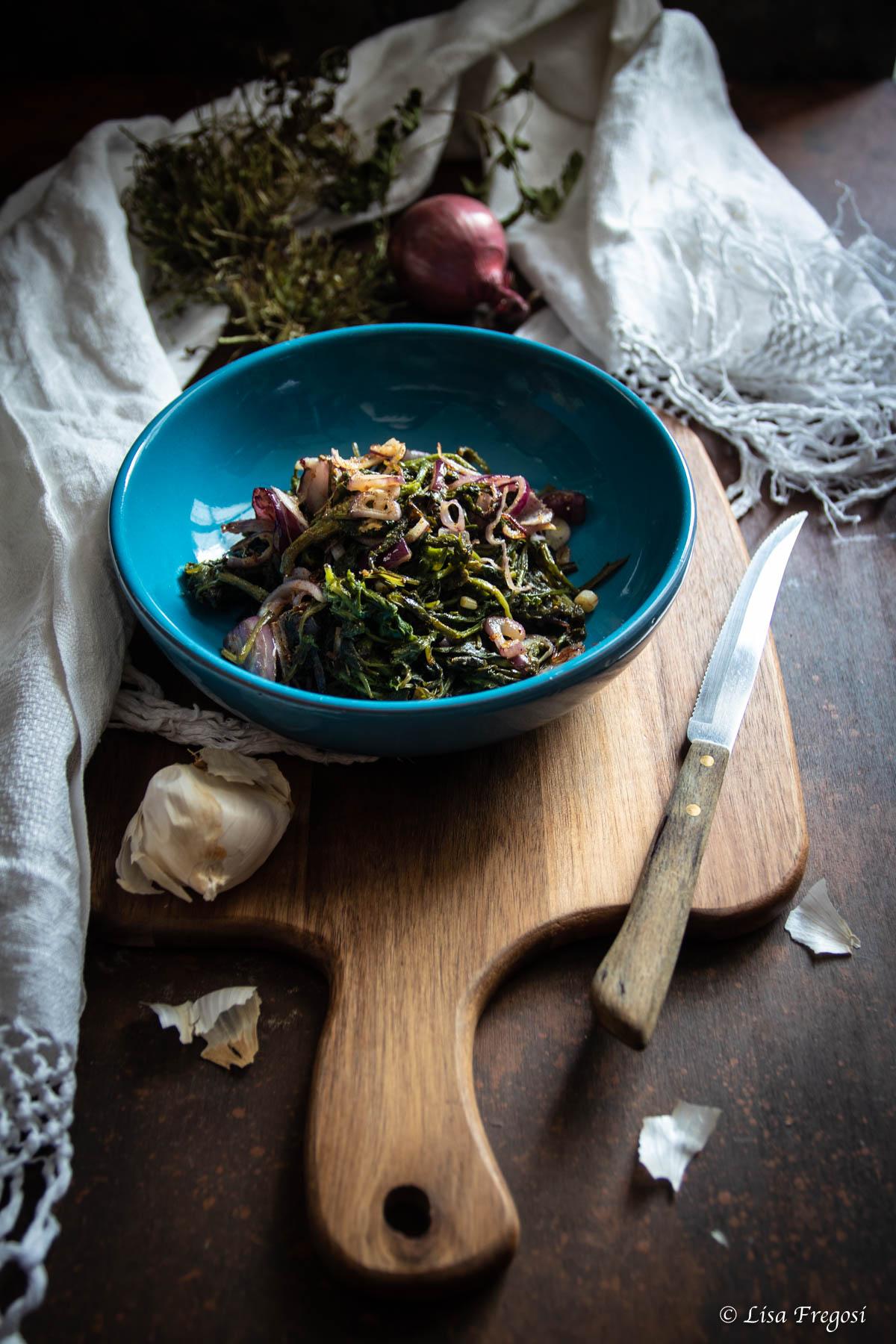 ricette con erbe spontanee: rosole di papaveri saltate in padella