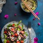 polpo grigiato al barbecue con noodle di zucchine