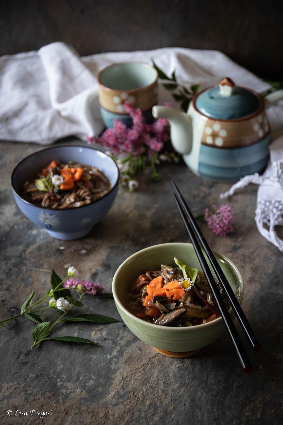 spaghetti soba in zuppa di miso e verdure con funghi shiitake