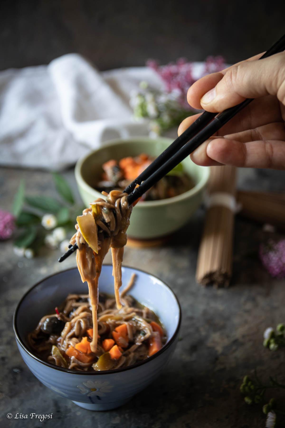 spaghetti soba in zuppa di miso con verdure saltate e funghi shiitake