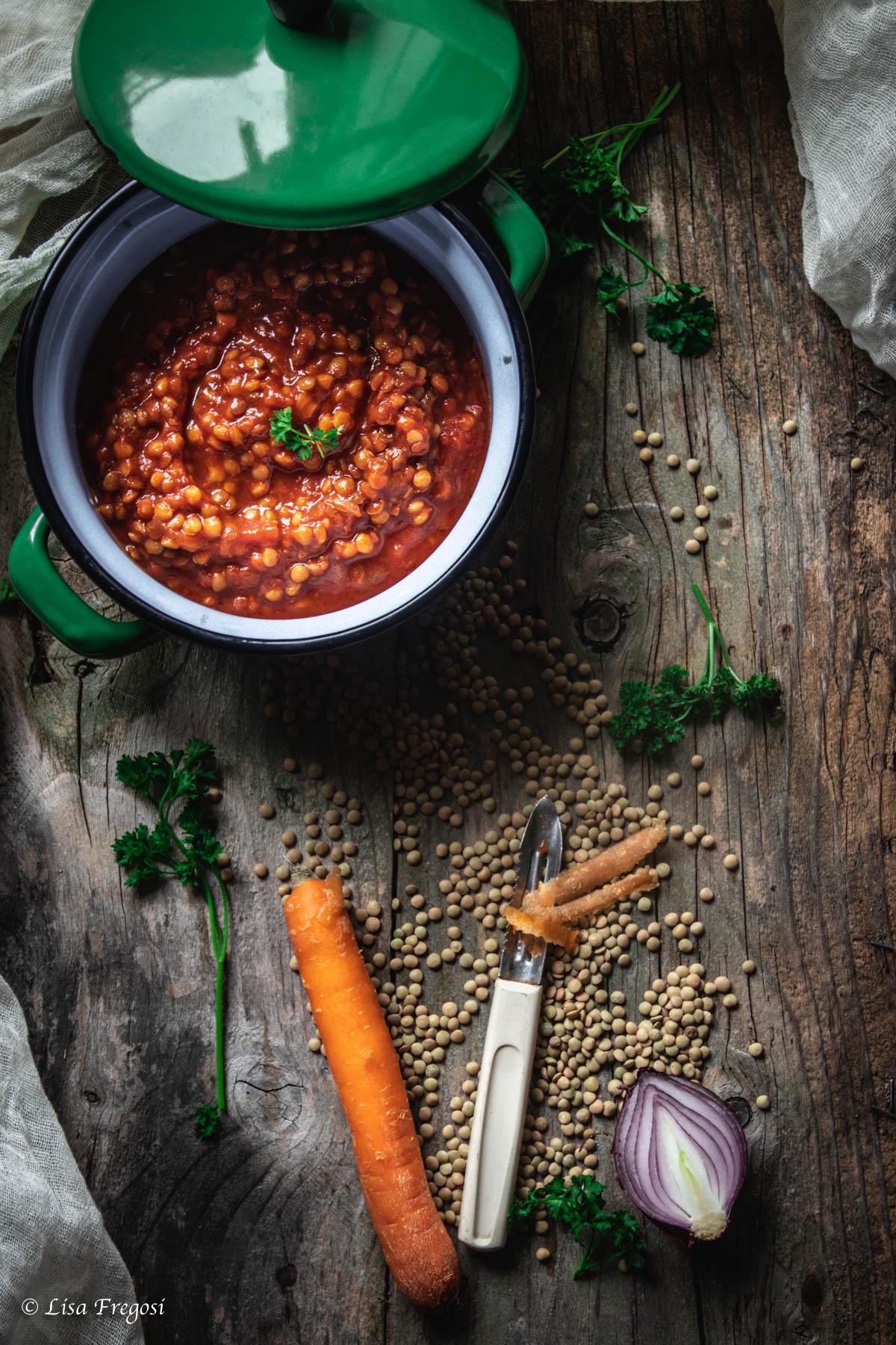 Il ragù di lenticchie è buonissimo anche mangiato così, trasformato in zuppa. Per ottenere una zuppa cremosa frullate una piccola parte di lenticchie cotte e aggiungetele nuovamente nella pentola del ragù insieme a due mestoli abbondanti di brodo e fate cuocere qualche minuto per far amalgamare bene gli ingredienti, avrete un'ottima zuppa da assaporare.