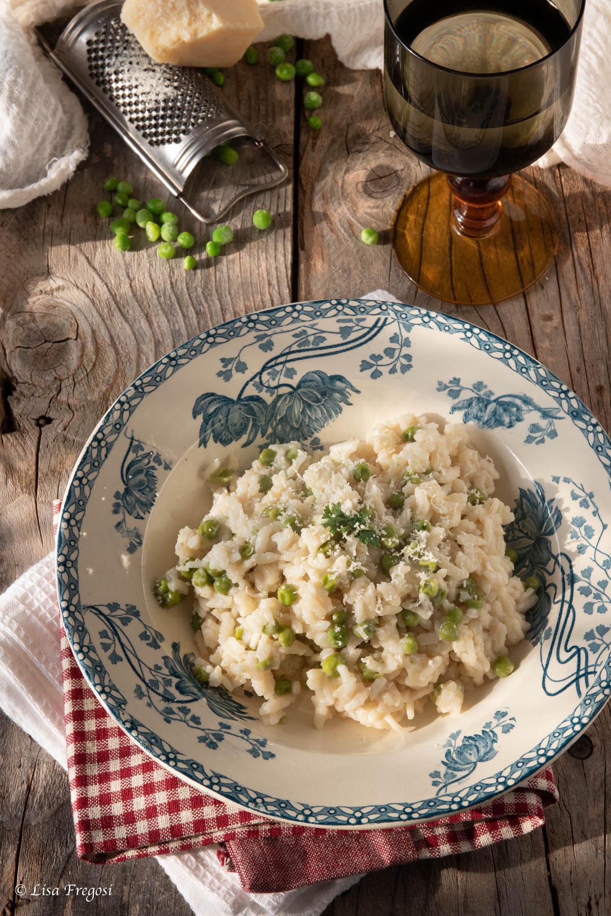 risi e bisi, il risotto con piselli della tradizione veneta. ricetta con piselli freschi, piselli surgelati, piselli in scatola.