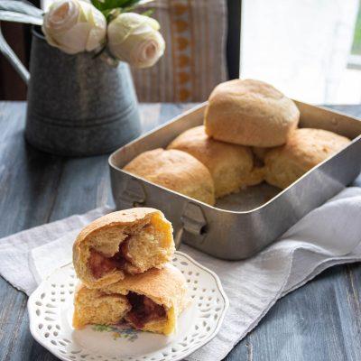 buchteln con marmellata il dolce di pasta lievitata