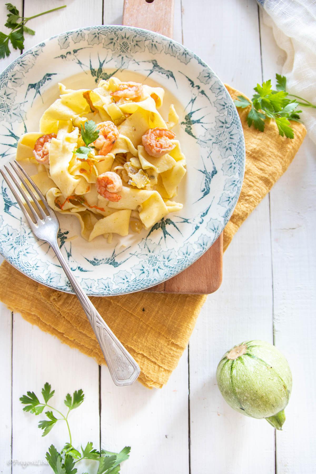 Pasta all'uovo con zucchine e code di gamberi